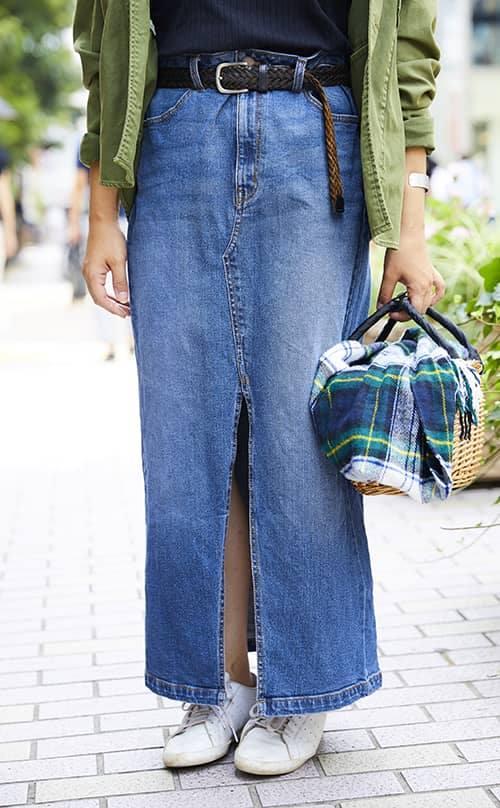 大きくスリットが入ったデニムスカートを合わせて女性らしさを加味して♪/></p> <p class=