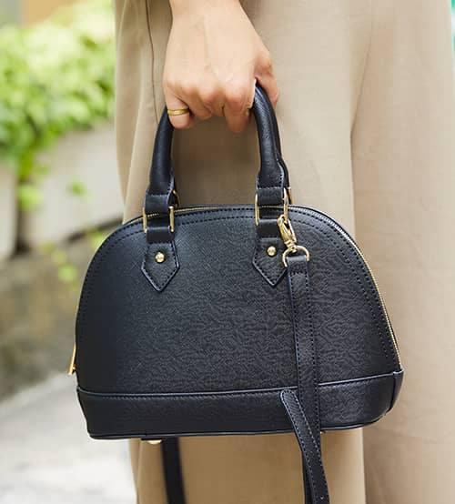 小ぶりの黒のバッグを選んで、上品さをプラス!/></p> <p class=