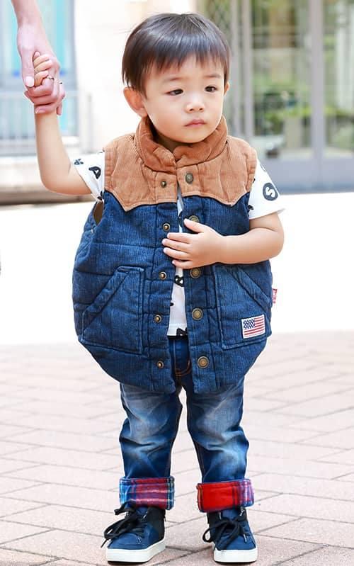 kidsはプリントTシャツやパンツ裾のチェック柄など<br /> さりげなくポップな主張でアピール。&#8221; /></p> <p class=