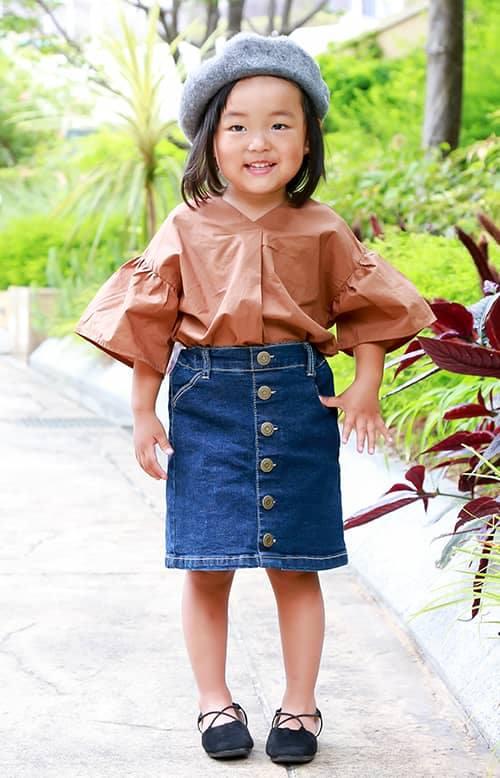 kidsもテラコッタカラーのブラウスをチョイス♪<br /> デニムスカートでガーリーな印象に♡&#8221; /></p> <p class=