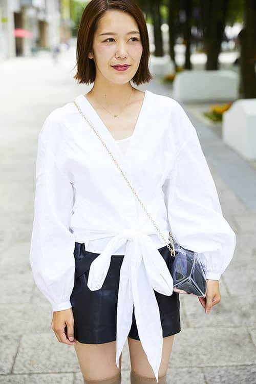 前裾がリボン結びのデザインになったブラウスを主役に、<br /> 女性らしさを存分にアピール!/></p> <p class=