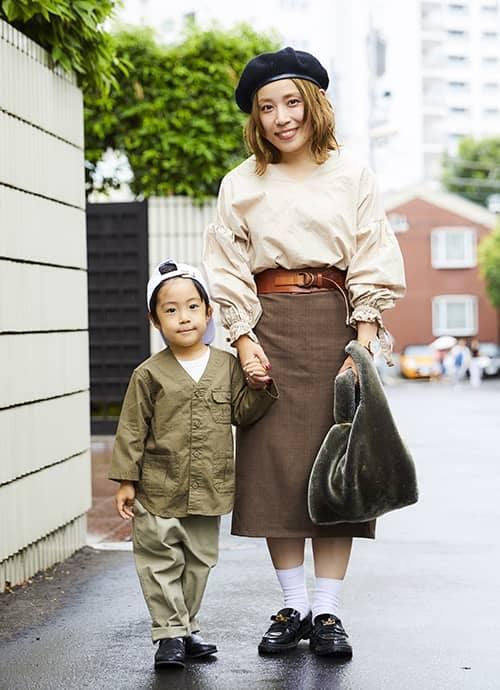 ボリュームトップスにロング丈のタイトスカートを合わせたメリハリのあるスタイル。kidsは大きめアウターでストリートに仕上げ。