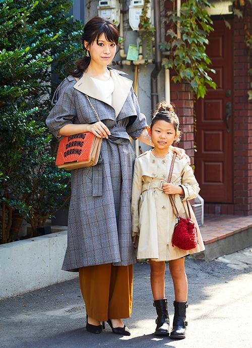 kidsはベーシック、mamaはグレンチェックのトレンチコートでクラシックなムードに。大きめのベージュ衿が全体をまとめるポイント。