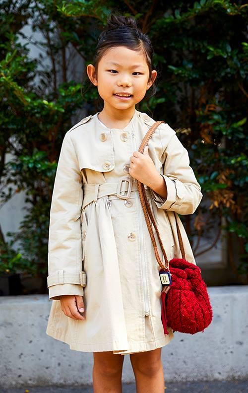 kidsもベージュのコートを主役に、ニットのバッグでアクセントを♡
