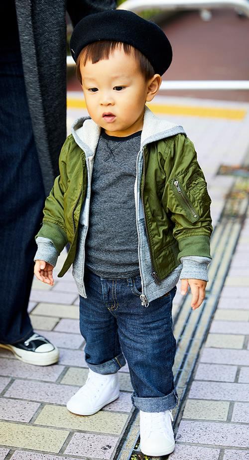 kidsはMA-1にデニムパンツを合わせたストリートスタイル。<br /> ベレー帽でこなれたムードを演出して☆&#8221; /></p> <p class=