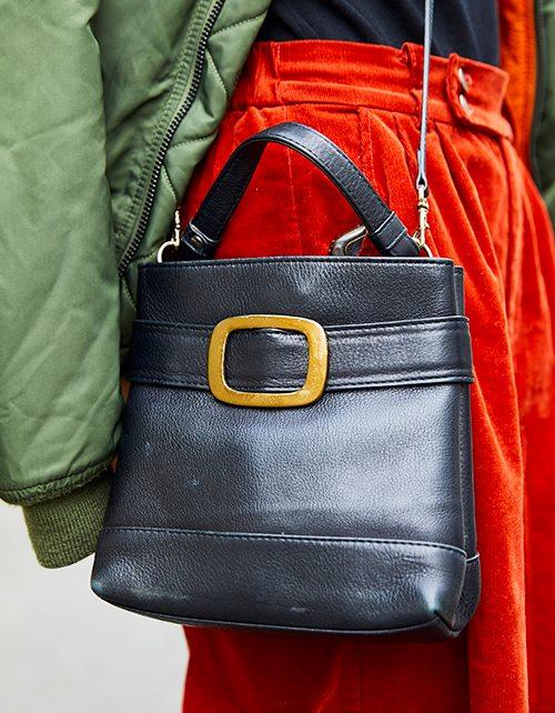 黒のショルダーバッグを合わせて、<br /> カジュアルなコーデをぐっと引き締めて!/></p> <p class=