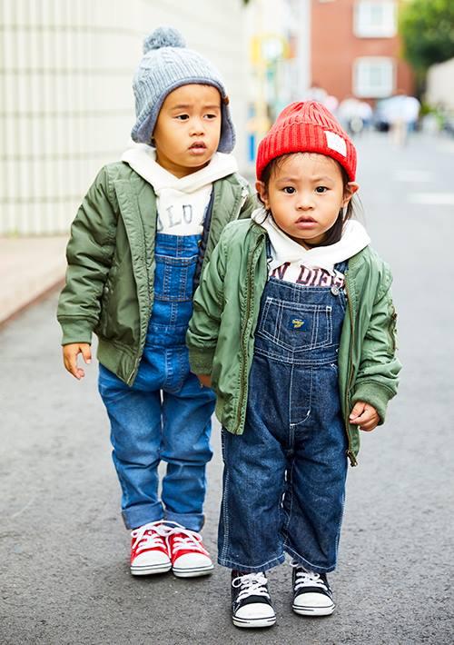 兄弟はMA-1とサロペットを仲良くシェア♡<br /> ニット帽とスニーカーの色でそれぞれの個性を主張!&#8221; /></p> <p class=