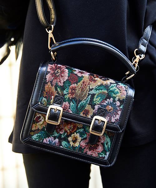 ゴブラン織りのバッグを選んで、エレガンスな要素をプラス♪/></p> <p class=