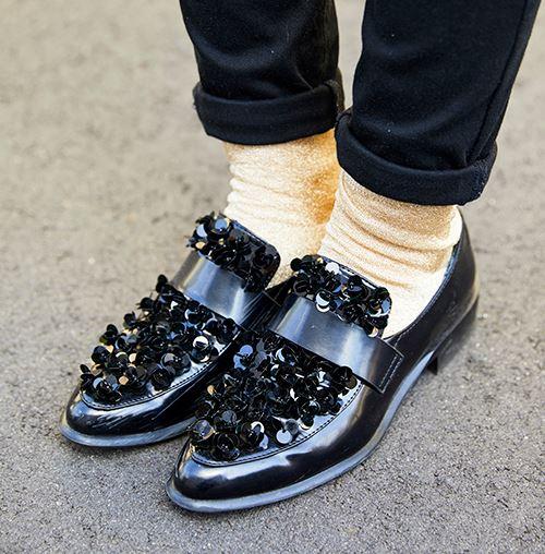 足もとにはインパクトのあるローファを選んで、華やかなムードに♡