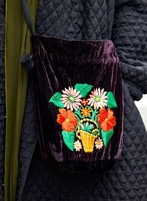 花柄の刺繍が施されたベロアのバッグを選んで、華やかさをプラス!