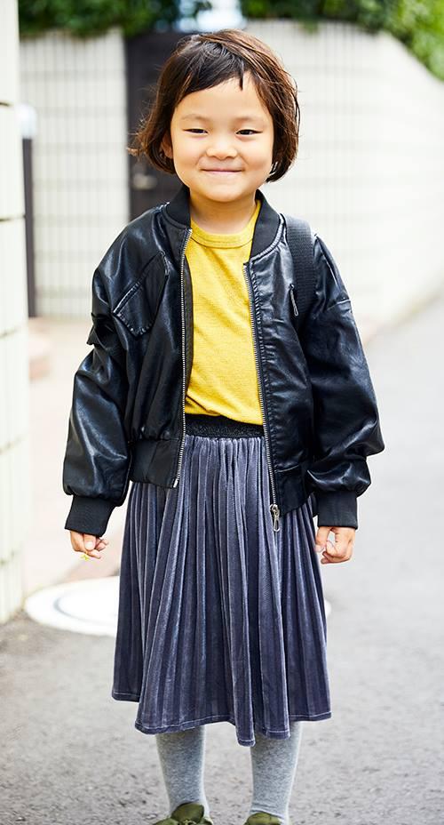 kidsは黒のブルゾンにプリーツスカートを合わせた甘辛MIX。<br /> カーキのリボン付きスニーカーを合わせてmamaとのリンク感もばっちり♡&#8221; /></p> <p class=