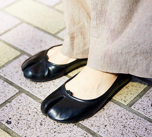 足もとには黒の足袋シューズを選んで、シックなモードテイストにまとめ。/></p> <p class=