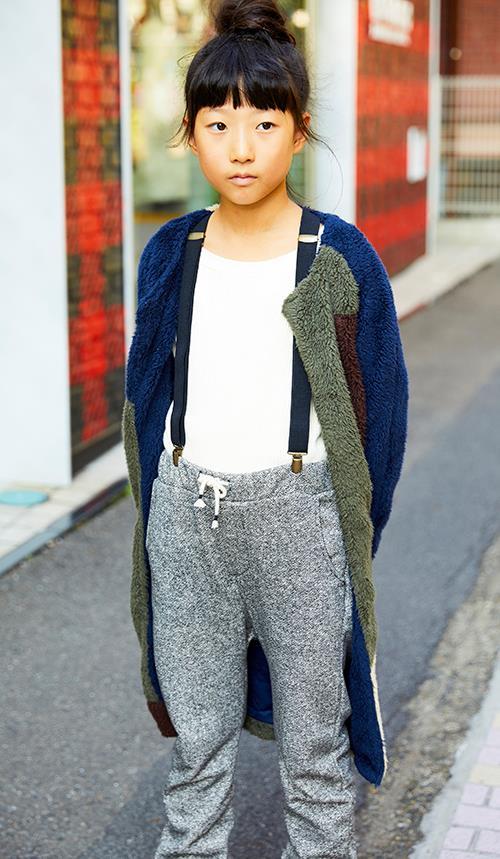 girlはボア素材のコートにスウェットパンツを合わせたリラックススタイル。サスペンダーを合わせてこなれた印象にランクアップ♪