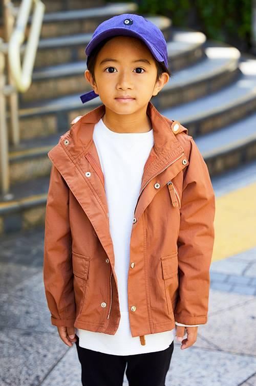 kidsはブラウンのジャケットを選んだ冬のストリートスタイル。<br /> パープルのキャップでひとクセ加えて。&#8221; /></p> <p class=