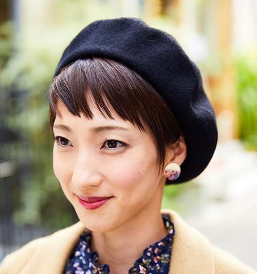 ベレー帽やイヤリングなど、小物で効果的にアクセントを注入!/></p> <p class=