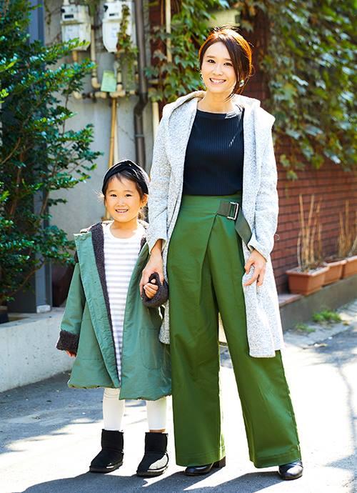 鮮やかなグリーンのリンクを、グレーとブラックで引き立てて。ロングコートで縦ラインを意識してスタイリッシュな印象に仕上げ。