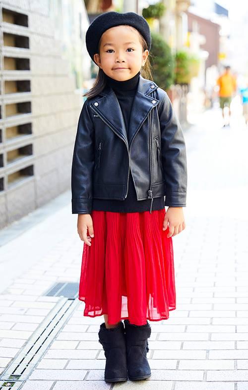 girlはライダースジャケットに赤いレーススカートを合わせた甘辛MIX。<br /> ムートンブーツで温かみを加味して☆&#8221; /></p> <p class=