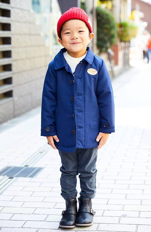 boyはブルーのジャケットに、赤いニットキャップを合わせて配色にメリハリをオン!