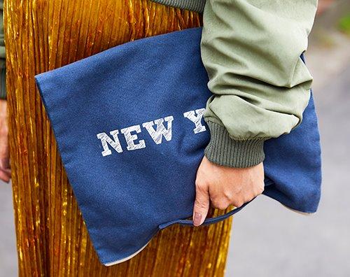 ブルーのクラッチバッグを選んで、爽やかなムードを演出!