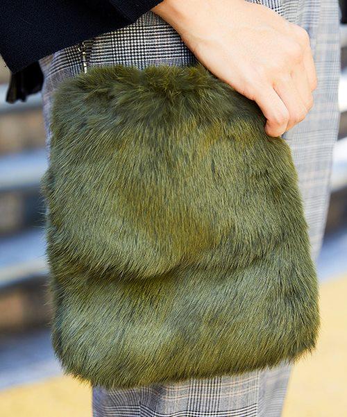 こなれたカーキのファーバッグを選んでワンランク上のコーデに昇華!/></p> <p class=