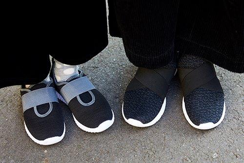 足もとは黒のスニーカーを親子で仲良くシェア♡<br /> さりげなくスポーティな要素を注入させて。&#8221; /></p> <p class=