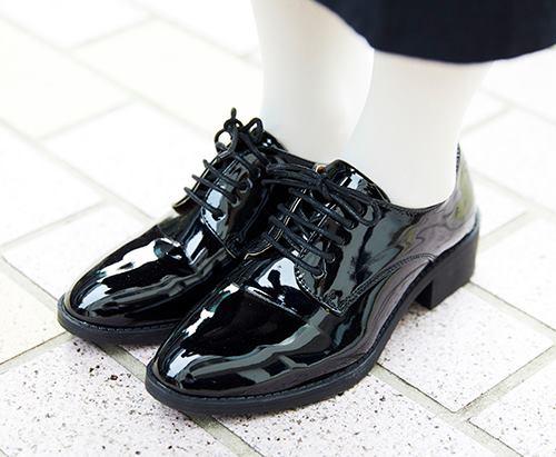 足もとは黒のエナメルシューズを選んで上品な印象をプラス!