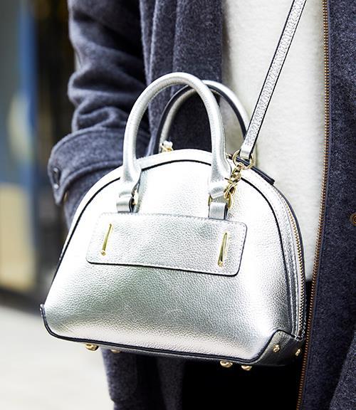 小ぶりのシルバーのバッグを合わせて、上品なエッセンスをプラス♪/></p> <p class=