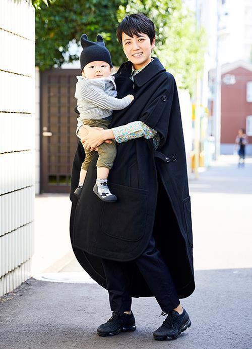 コクーンコートを主役に黒で統一したモードスタイル。チラリと覗く花柄シャツがアクセント。kidsは小物でさりげなく黒をリンク。