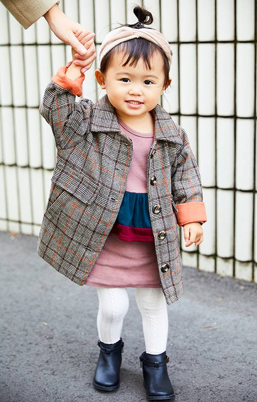 kidsはピンクのワンピースにグレンチェックのコートを羽織って、<br /> ガーリーなロンドンガールを満喫♡&#8221; /></p> <p class=