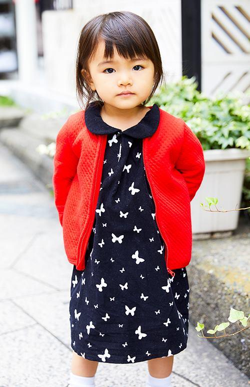 kidsはシックな蝶柄のワンピに、赤いカーディガンを羽織って女の子らしさを存分に発揮!