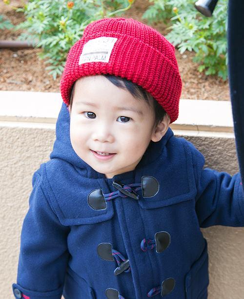 kidsはネイビーのダッフルコートに赤いニットキャップを合わせて、色の配色を楽しんで☆