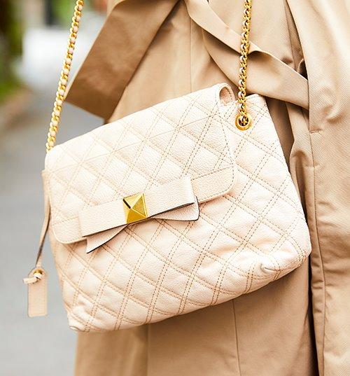 やさしい色味のショルダーバッグを合わせて、上品な印象をプラス♪/></p> <p class=