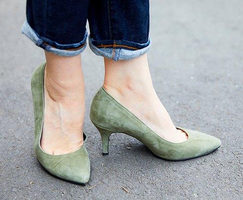 足元にはカーキのパンプスをチョイス!<br /> ハイヒールを選んできれいめな雰囲気にまとめ。&#8221; /></p> <p class=