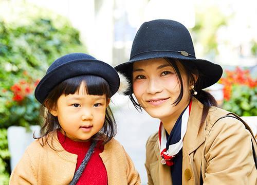 親子でハットとベージュのコートを仲良くリンクさせて大人っぽい雰囲気に♡/></p> <p class=