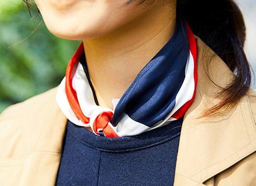 襟元にはトリコロールのスカーフを挿して、<br /> ワンランク上の着こなしに昇華♪&#8221; /></p> <p class=