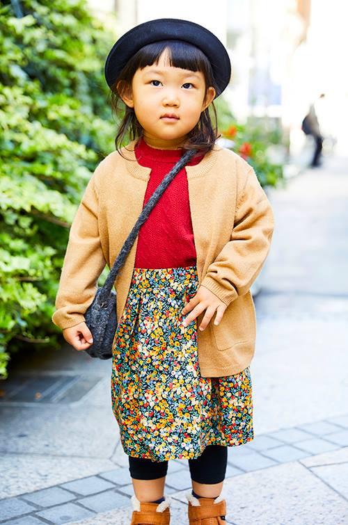 小花柄のスカートがクラシカルなムードを演出☆