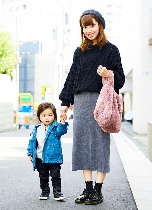 黒やグレーなど全身をモノトーンでまとめたシックなコーデ。mamaのバッグやkidsのジャケットにカラーを挿して、それぞれの個性を主張。