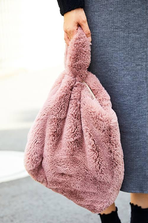ピンクのファーバッグを選んでガーリーなエッセンスを注入♡/></p> <p class=