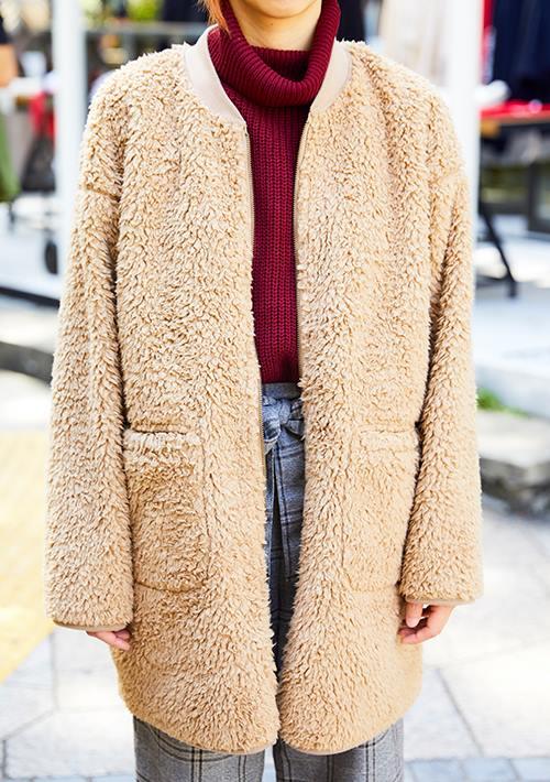 タートルネックに起毛のコートを合わせてほっこりとした雰囲気に。/></p> <p class=