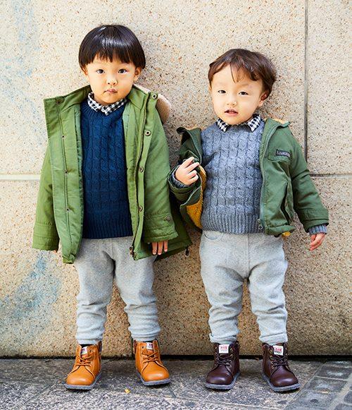 kidsはニット×スウェットパンツの楽ちんスタイル。<br /> カーキのアウターとブーツを合わせてワーク系スタイルにシフト◎&#8221; /></p> <p class=