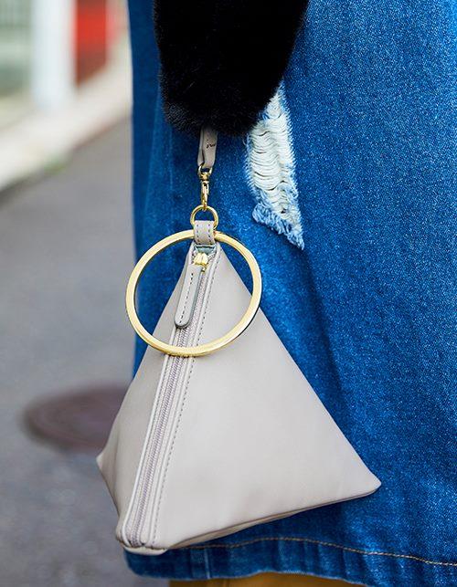 小ぶりな三角錐のバッグを合わせて上品な印象をプラス!