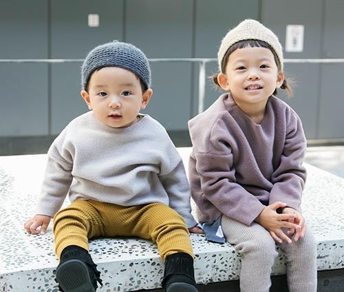 kidsは流行りのくすみカラーを姉弟で仲良くシェア♡<br /> とんがり帽子をかぶってガーリーなムードに♪&#8221; /></p> <p class=