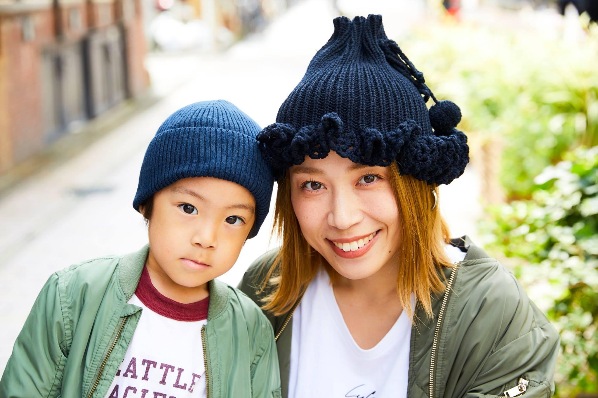 親子で黒のニット帽とMA-1を合わせてテンションを統一♡/></p> <p class=