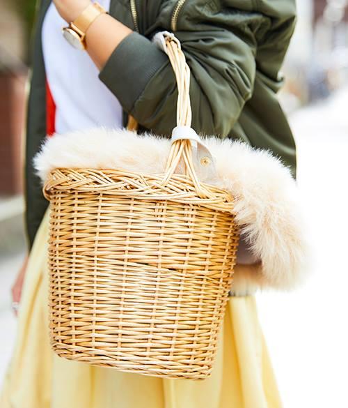 ファー付きのカゴバッグを選んで、ガーリーな要素をほのかにプラス♪