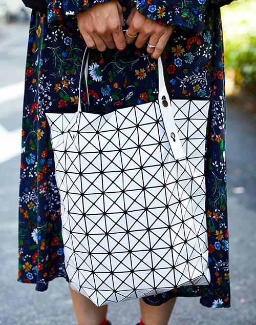 三角形のピースを組み合わせてできた個性的なバッグを選んでモードなムードを注入♪/></p> <p class=