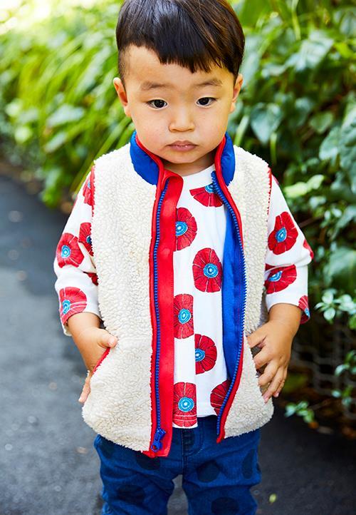kidsは花柄のTシャツにボアベスを組み合わせたレイヤードスタイル。<br /> 大きめの柄を選んでカジュアルな雰囲気に◎&#8221; /></p> <p class=