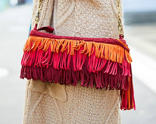 赤いフリンジバッグを選んでゴージャスなムードに昇華!/></p> <p class=