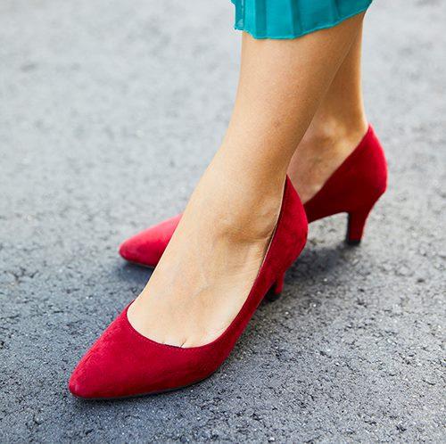 足元は赤いハイヒールのパンプスを合わせて上品な印象に♪