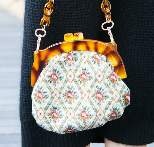 レトロなムードのガマ口バッグを選んでこなれ感を演出!/></p> <p class=