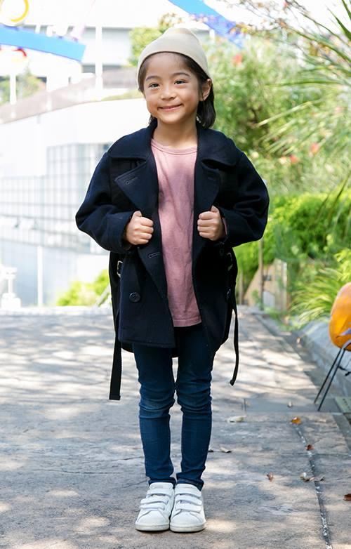 kidsはオーバーサイズのピーコートにタイトなデニムパンツを合わせてシルエットのメリハリを意識◎